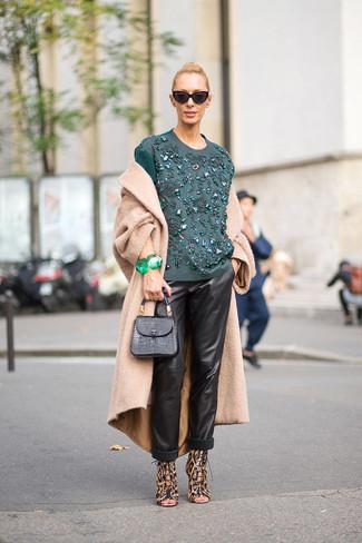 Как и с чем носить: светло-коричневое пальто, темно-бирюзовая блузка с длинным рукавом с вышивкой, черные кожаные пижамные штаны, коричневые кожаные босоножки на каблуке с леопардовым принтом