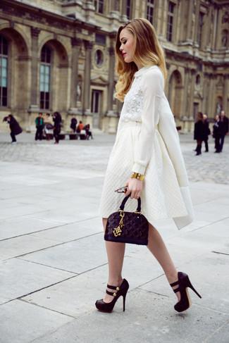 Как и с чем носить: белое пальто, белая кружевная блузка с длинным рукавом, белая пышная юбка, черные замшевые массивные туфли