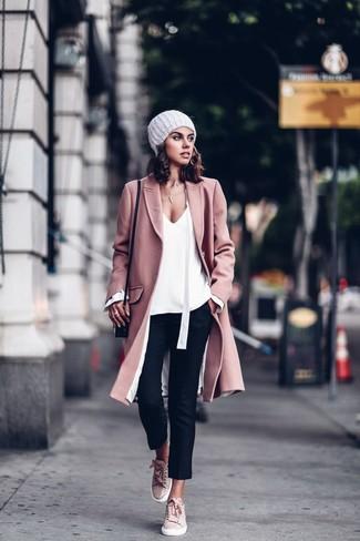 Как и с чем носить: розовое пальто, белая блузка с длинным рукавом, черные узкие брюки, розовые замшевые низкие кеды