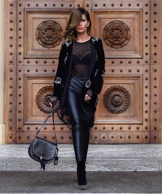 Как и с чем носить: черное бархатное пальто с украшением, черная шифоновая блузка с длинным рукавом, черные кожаные узкие брюки, черные замшевые ботильоны