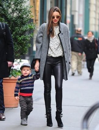 Как и с чем носить: серое твидовое пальто, бело-черная блузка с длинным рукавом с принтом, черные кожаные узкие брюки, черные замшевые ботильоны
