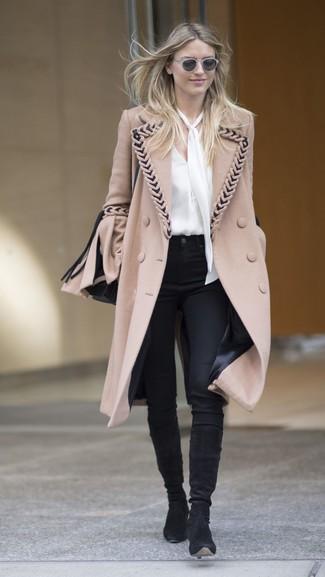 Как и с чем носить: светло-коричневое пальто, белая шелковая блузка с длинным рукавом, черные узкие брюки, черные замшевые сапоги