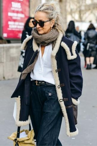 Как и с чем носить: темно-синее пальто, белая льняная блузка с длинным рукавом, темно-синие джинсовые широкие брюки, желтая замшевая сумка-мешок