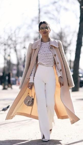 Как и с чем носить: бежевое пальто, бежевая кружевная блузка с длинным рукавом с цветочным принтом, белые широкие брюки, серые кожаные туфли с шипами