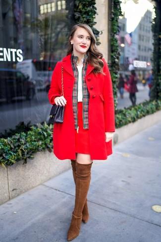 Как и с чем носить: красное пальто, зелено-красный бомбер в шотландскую клетку, белая классическая рубашка, красная мини-юбка