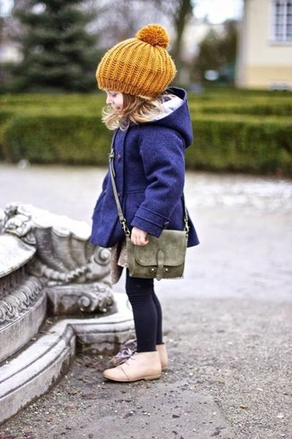 Как и с чем носить: темно-синее пальто, бежевые ботинки дезерты, оливковая сумка, горчичный берет