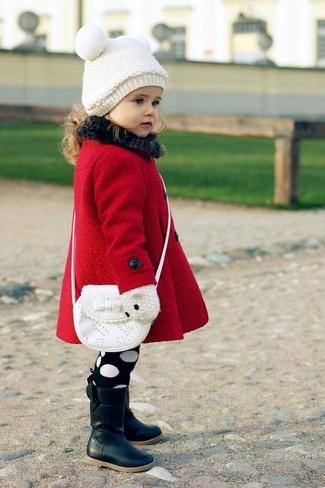 Как и с чем носить: красное пальто, черные ботинки, белая сумка, белая шапка