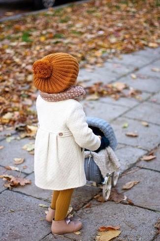Как и с чем носить: белое пальто, бежевые ботинки, оранжевая шапка, бежевый шарф