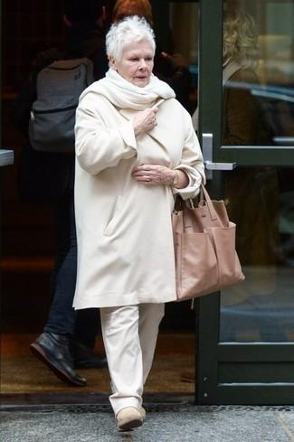 Как и с чем носить: белое пальто, белые брюки чинос, бежевые замшевые ботинки челси, светло-коричневая кожаная большая сумка
