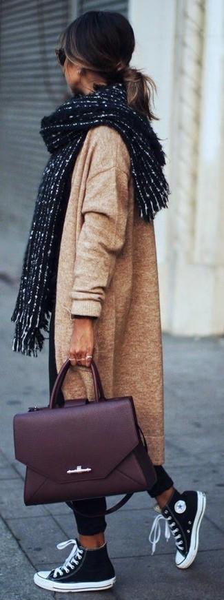 Как и с чем носить: светло-коричневое вязаное пальто, черные брюки чинос, черно-белые высокие кеды из плотной ткани, темно-красная кожаная сумка-саквояж