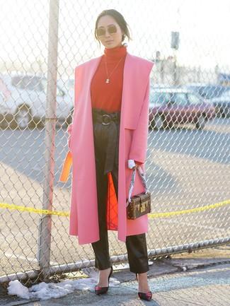 Как и с чем носить: ярко-розовое пальто, красная водолазка, черные кожаные брюки-галифе, черные кожаные туфли с принтом