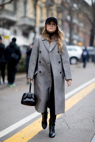 Как и с чем носить: серое пальто, черная водолазка, черные брюки-галифе, черные кожаные ботильоны