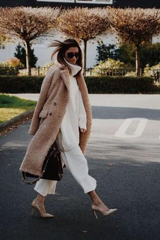 Как и с чем носить: светло-коричневое флисовое пальто, белая шерстяная вязаная водолазка, белые брюки-кюлоты, светло-коричневые кожаные туфли
