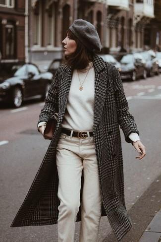 """Как и с чем носить: черно-белое пальто с узором """"гусиные лапки"""", белая водолазка, бежевые брюки чинос, темно-коричневый кожаный клатч"""