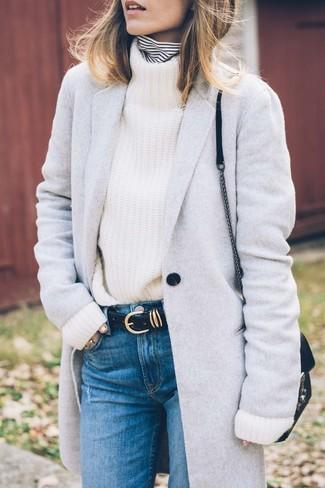 Как и с чем носить: серое пальто, бело-черная водолазка в горизонтальную полоску, белая вязаная водолазка, синие джинсы