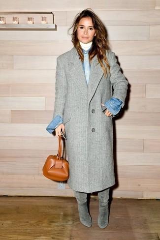 Как Miroslava Duma носит Серое пальто, Белая водолазка, Синяя джинсовая рубашка, Серые замшевые сапоги