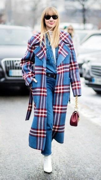 Как и с чем носить: синее пальто в шотландскую клетку, белая водолазка, синяя джинсовая рубашка, синие джинсы