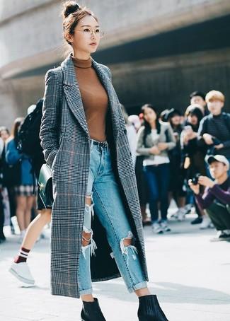 Как и с чем носить: серое пальто в шотландскую клетку, табачная водолазка, голубые рваные джинсы-бойфренды, черные кожаные ботильоны