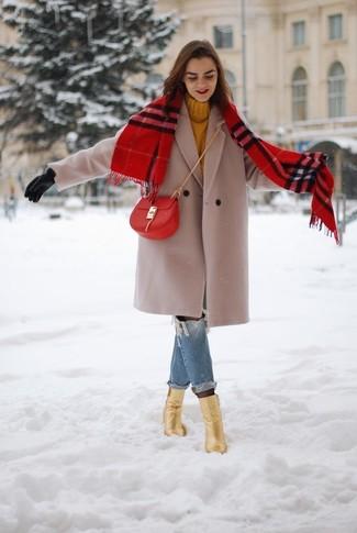 Женские луки: Если ты наметила себе сумасшедший день, сочетание бежевого пальто и синих рваных джинсов-бойфрендов поможет составить функциональный образ в стиле casual. Вкупе с этим ансамблем отлично выглядят золотые кожаные ботильоны.