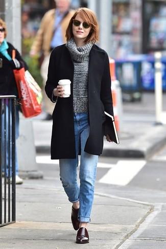 Как и с чем носить: черное пальто, серая шерстяная водолазка, голубые джинсы-бойфренды, темно-красные кожаные монки с двумя ремешками
