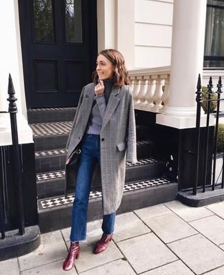 Как и с чем носить: серое пальто в шотландскую клетку, серая водолазка, синие джинсы-клеш, темно-красные кожаные ботильоны