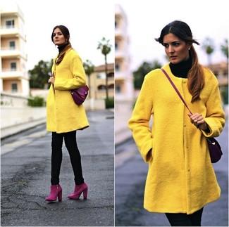 Как и с чем носить: желтое пальто, черная водолазка, черные джинсы скинни, пурпурные замшевые ботильоны