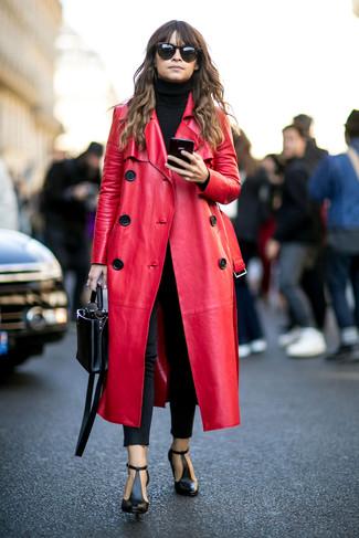 Как Miroslava Duma носит Красное кожаное пальто, Черная водолазка, Черные джинсы скинни, Черные кожаные ботильоны с вырезом