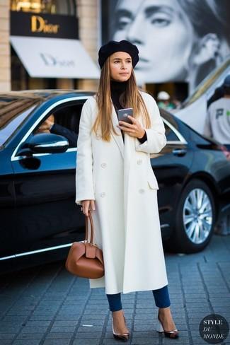 Как Miroslava Duma носит Белое пальто, Черная водолазка, Синие джинсы скинни, Черные кожаные туфли