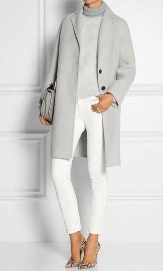 Как и с чем носить: серое пальто, серая вязаная водолазка, белые джинсы скинни, бежевые кожаные туфли со змеиным рисунком