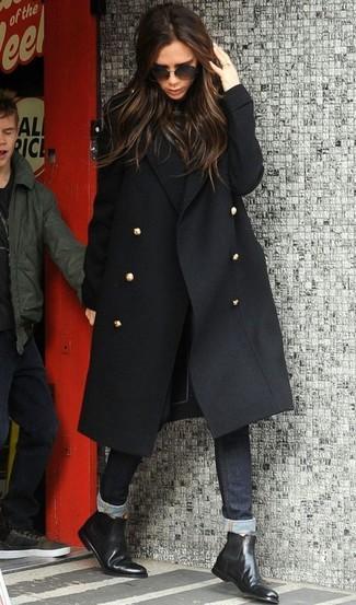 Как и с чем носить: черное пальто, черная водолазка, черные джинсы скинни, черные кожаные ботинки челси