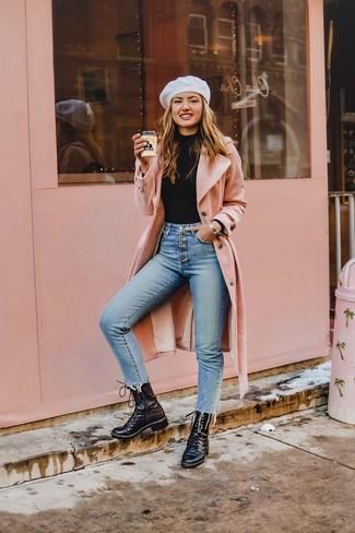 Голубые джинсы скинни: с чем носить и как сочетать: Удобное сочетание розового пальто и голубых джинсов скинни поможет выразить твой индивидуальный стиль и выигрышно выделиться из серой массы. Черные кожаные ботинки на шнуровке обеспечат комфорт в течение всего дня.