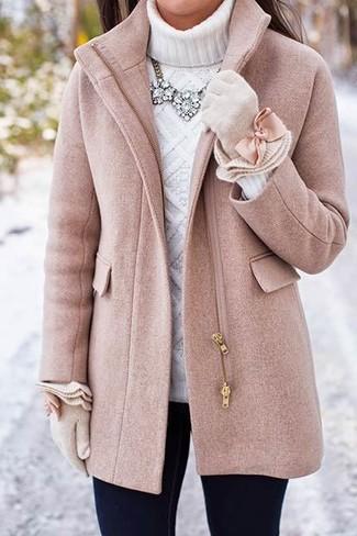 Как и с чем носить: розовое пальто, белая вязаная водолазка, черные джинсы скинни, бежевые шерстяные перчатки