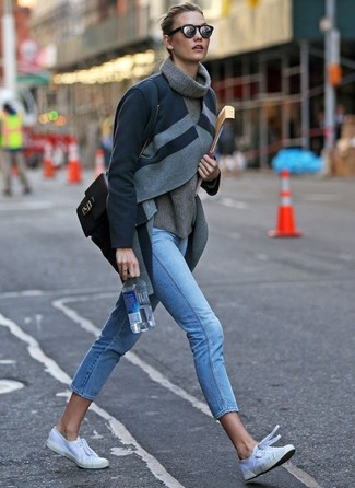 С чем носить голубые джинсы скинни: Темно-серое пальто и голубые джинсы скинни надежно закрепились в гардеробе многих женщин, позволяя создавать шикарные и стильные луки. Чтобы добавить в лук немного небрежности , на ноги можно надеть белые низкие кеды из плотной ткани.