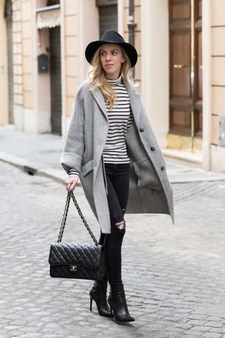 Как и с чем носить: серое пальто, бело-черная водолазка в горизонтальную полоску, черные рваные джинсы скинни, черные кожаные ботильоны