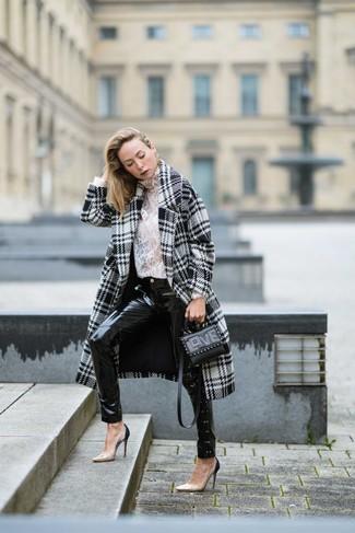 """Как и с чем носить: бело-черное пальто с узором """"гусиные лапки"""", белая кружевная водолазка, черные кожаные джинсы скинни, бежевые кожаные туфли"""