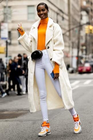 Как и с чем носить: белое флисовое пальто, оранжевая водолазка, белые джинсы скинни, оранжевые высокие кеды