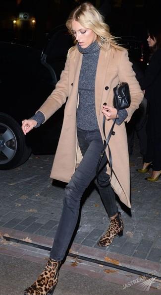 Как и с чем носить: бежевое пальто, темно-серая водолазка, темно-серые рваные джинсы скинни, светло-коричневые замшевые ботинки челси с леопардовым принтом