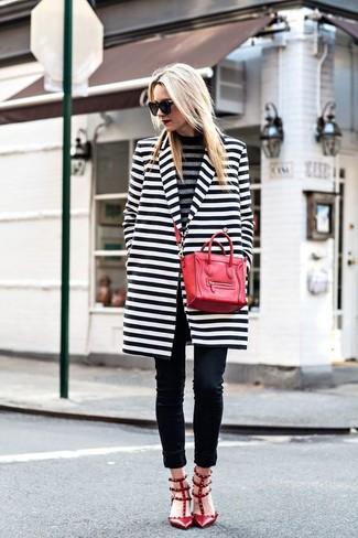 Как и с чем носить: бело-черное пальто в горизонтальную полоску, серая водолазка в горизонтальную полоску, черные джинсы скинни, красные кожаные туфли с шипами