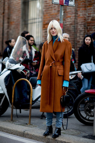 Как и с чем носить: табачное пальто, голубая водолазка, голубые джинсы, черные кожаные ботильоны