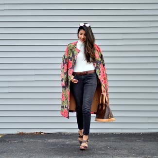 Как и с чем носить: черное пальто с цветочным принтом, белая водолазка, черные джинсы, темно-коричневые кожаные босоножки на танкетке