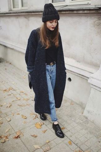 Как и с чем носить: темно-серое вязаное пальто, черная водолазка, голубые джинсы, черные кожаные туфли дерби