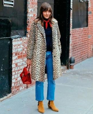 Как и с чем носить: бежевое пальто с леопардовым принтом, темно-синяя водолазка, синие джинсы, светло-коричневые замшевые ботильоны