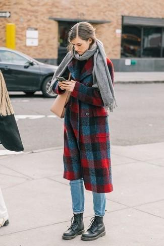 Как и с чем носить: красно-темно-синее пальто в шотландскую клетку, черная водолазка, голубые джинсы, черные кожаные ботинки на шнуровке