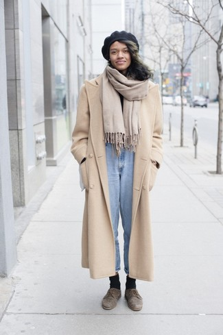 Как и с чем носить: бежевое пальто, черная водолазка, голубые джинсы, коричневые замшевые туфли дерби