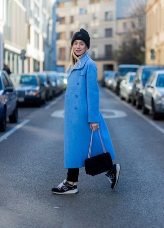 Как и с чем носить: синее пальто, черная водолазка, черные джинсы, черные кроссовки