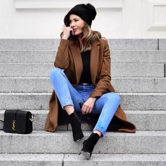 Как и с чем носить: коричневое пальто, черная водолазка, голубые джинсы, черные замшевые ботильоны