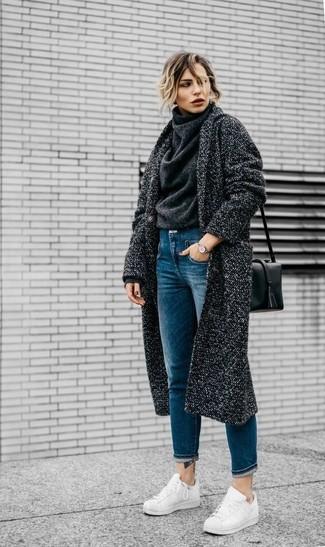 Как и с чем носить: темно-серое пальто, темно-серая шерстяная водолазка, синие джинсы, белые кожаные низкие кеды