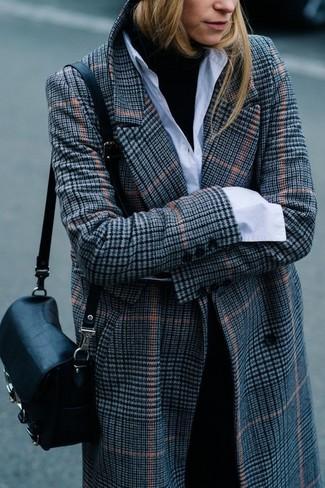 Как и с чем носить: серое пальто в шотландскую клетку, черная водолазка, белая классическая рубашка, черные классические брюки