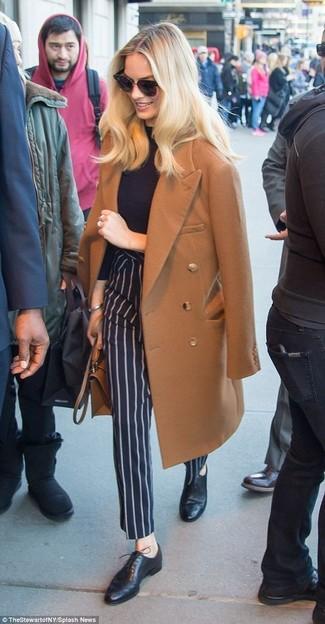 Как и с чем носить: коричневое пальто, черная водолазка, темно-синие классические брюки в вертикальную полоску, черные кожаные оксфорды