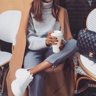 Светло-коричневое пальто: с чем носить и как сочетать женщине: Поклонницам стиля элегантная повседневность придется по вкусу сочетание светло-коричневого пальто и серых классических брюк. Дополнив ансамбль белыми кроссовками, ты привнесешь в него свежие нотки.